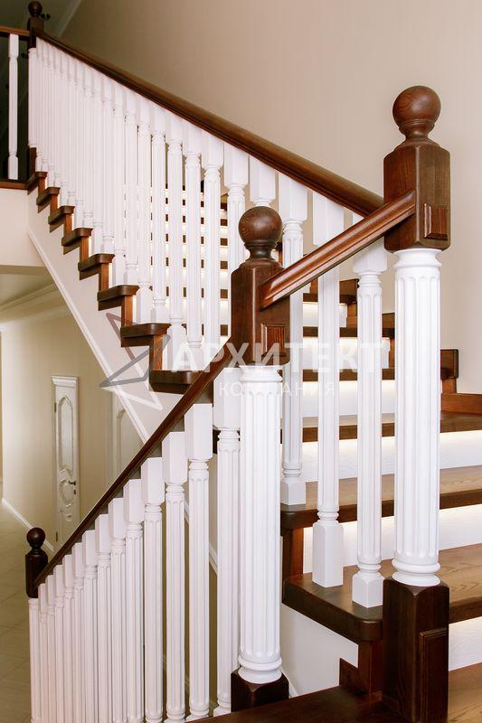 Обшивка металлокаркаса лестницы ясенем с подсветкой