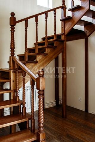 Деревянная лестница из массива сосны П-образная
