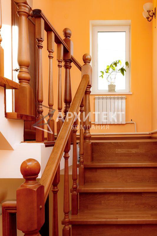 Лестница на металлокаркасе из бука с ограждением