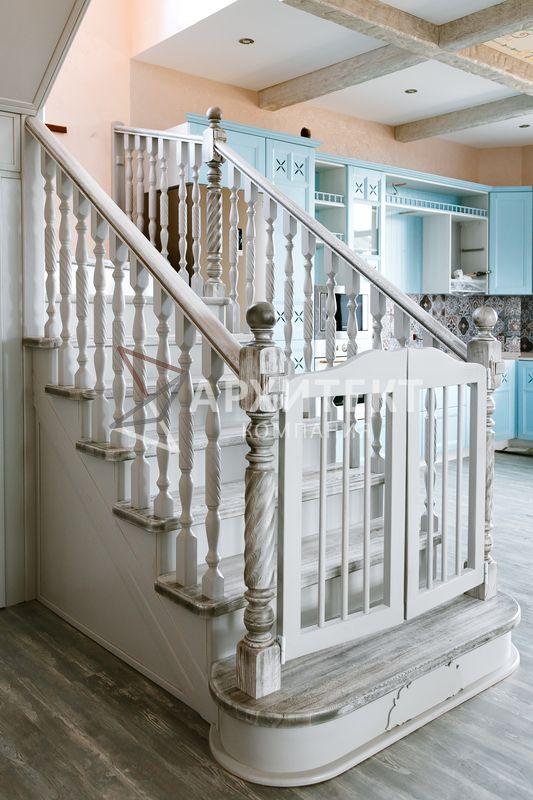 Деревянная лестница из массива ясеня и сосны