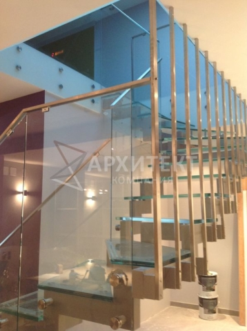 Лестница на металлокаркассе со стеклом и нержавейкой