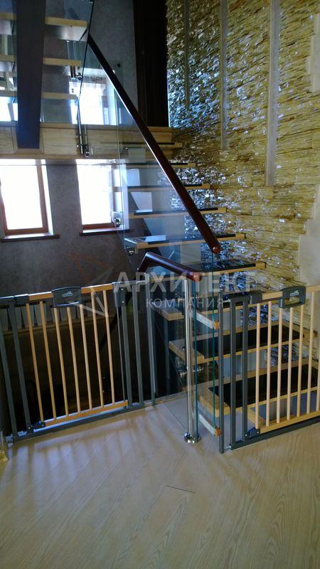 Открытая лестница с комбинированным ограждением
