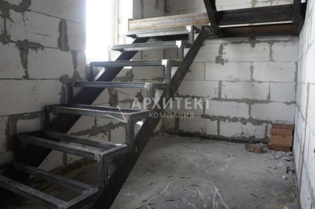 Металлический каркас лестницы с поворотом на 180 градусов