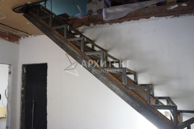 Г-образный черновой металлический каркас лестницы