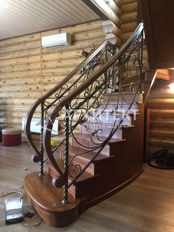 Лестница из дерева с ограждением из металла