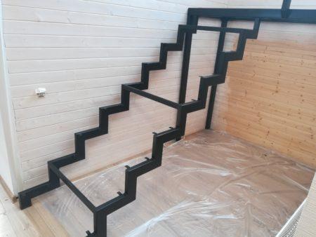 Металлический косоур открытой лестницы