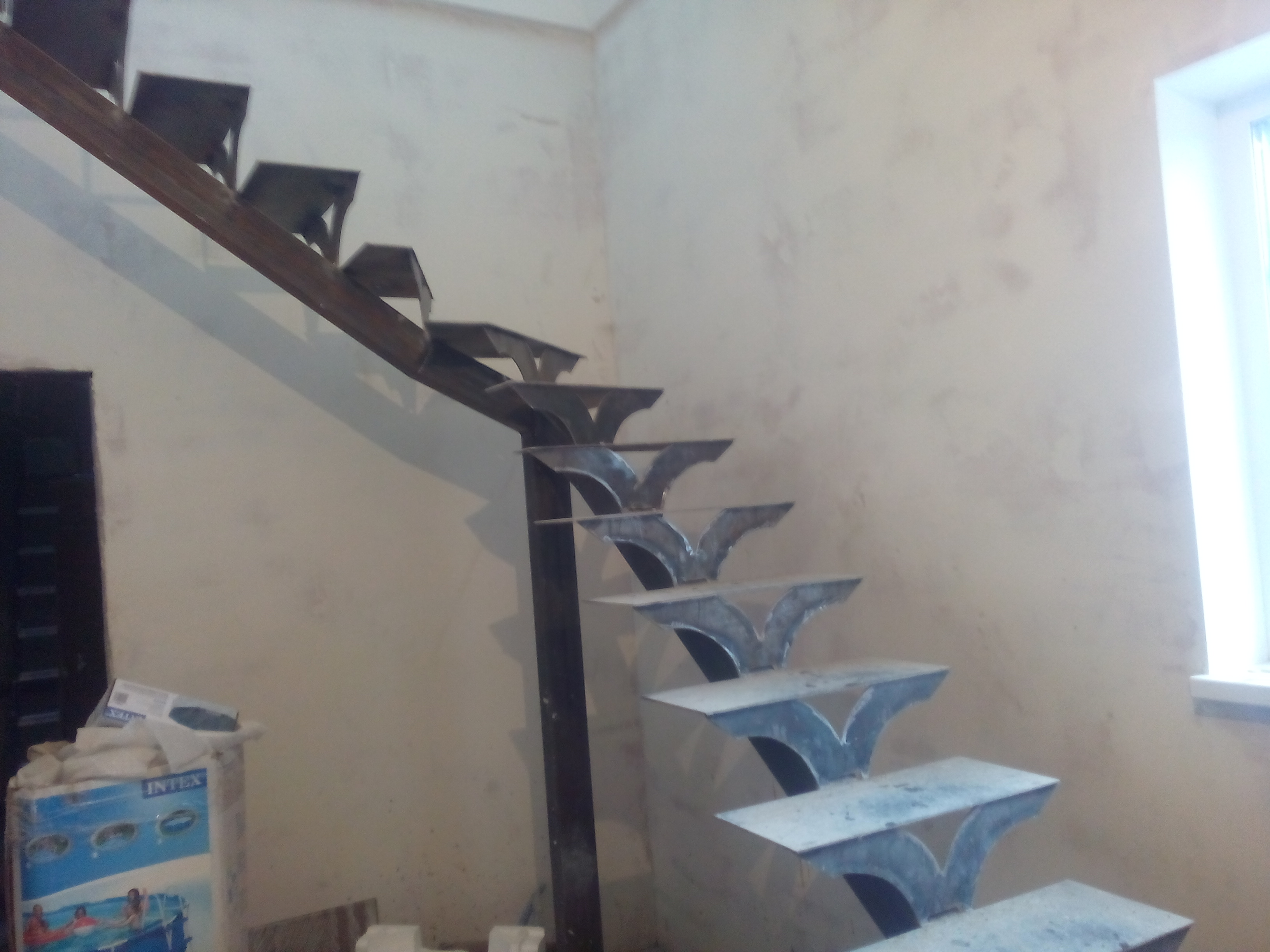 Монокосоур из металла для лестницы