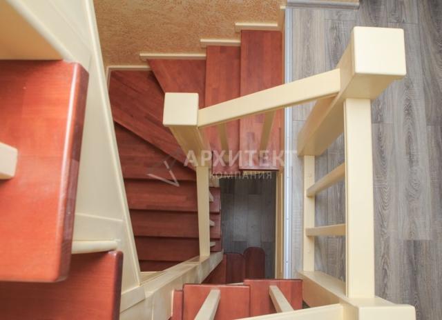 Лестница на металлическом каркасе из массива бука и сосны