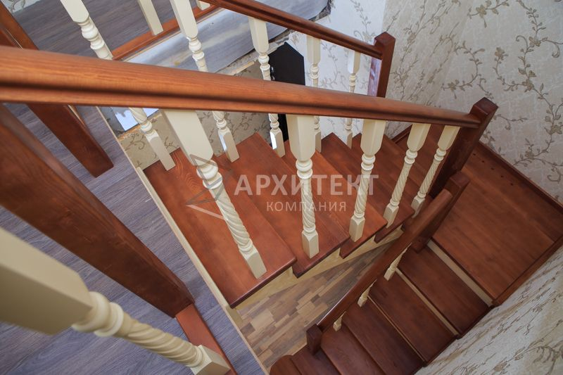 Деревянная лестница из массива сосны с ограждением