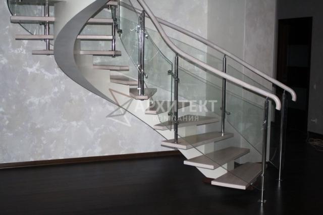 Винтовая лестница на металлическом каркасе с деревом и стеклом