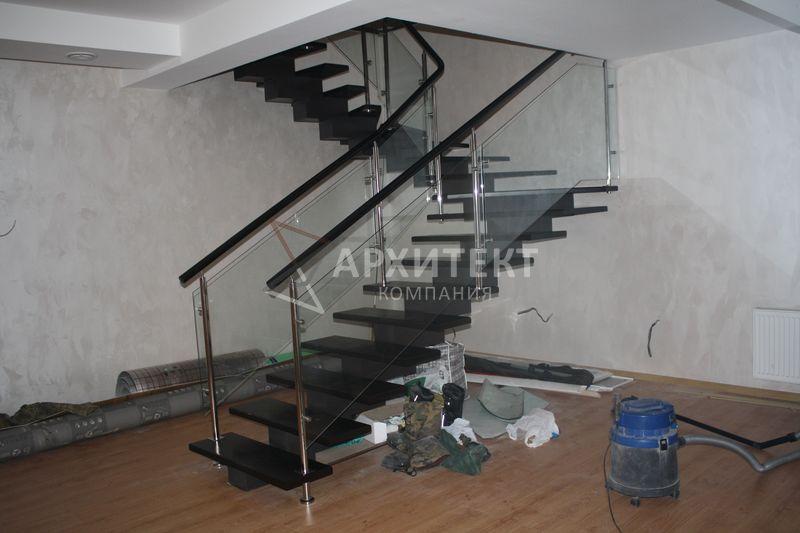 Лестница на монокосоуре с деревянными ступенями и ограждением из стекла