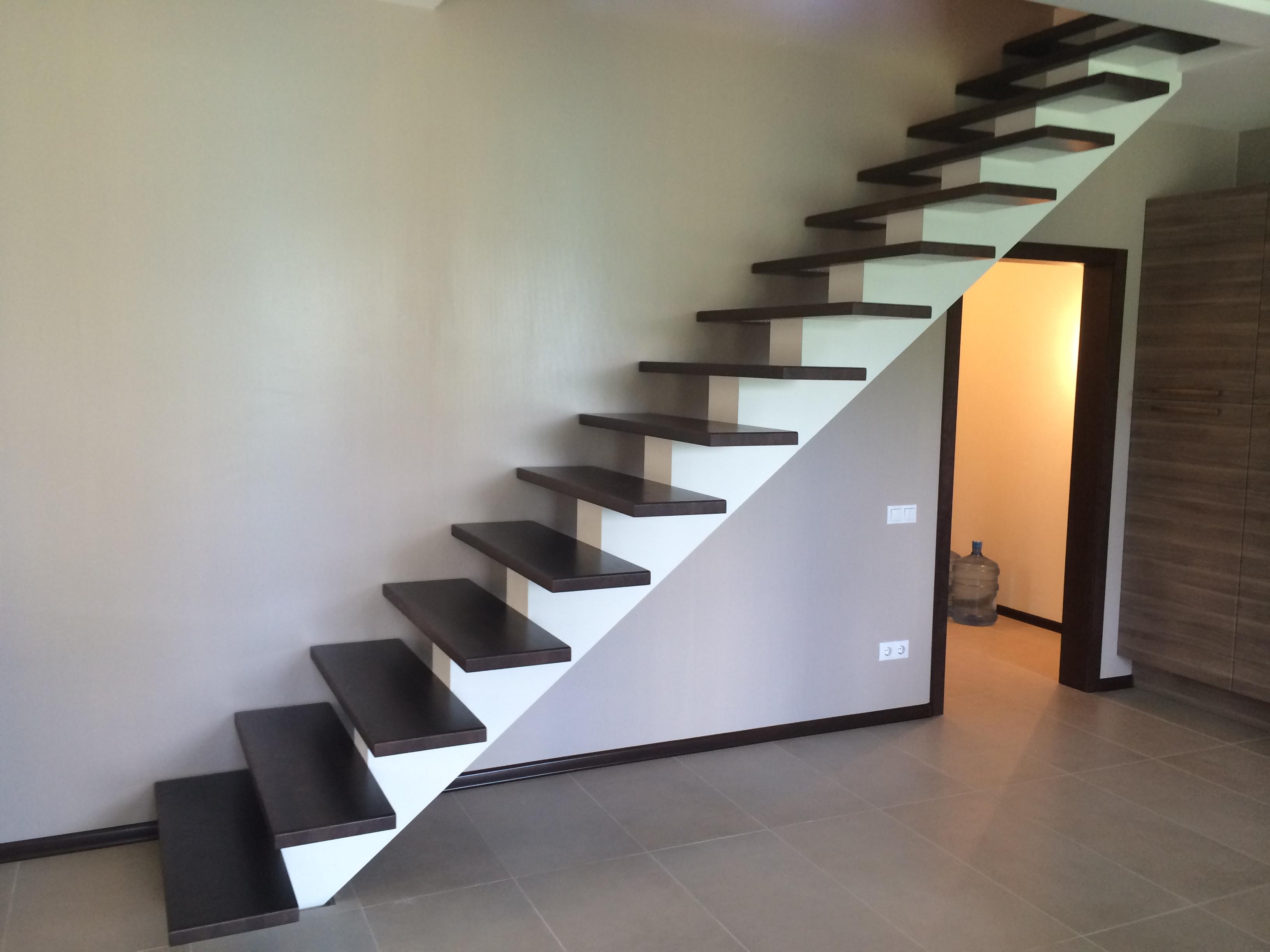 Открытая лестница на монокосоуре