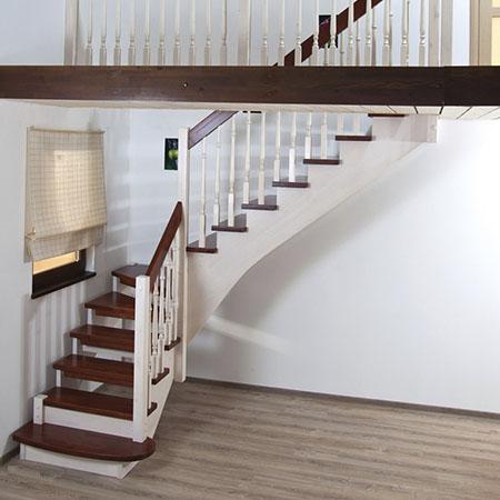 Деревянная лестница на косоурах Самбука