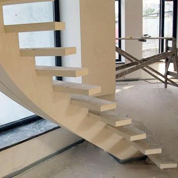 Косоур с бетонным ступенями
